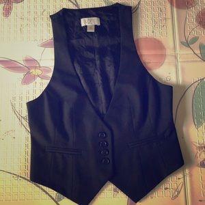 Cute black vest, like brand new, size xxsp,